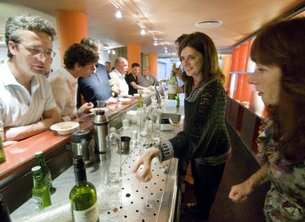 De pop-up bar in de leegstaande Berckepoort - foto: Allard de Goeij