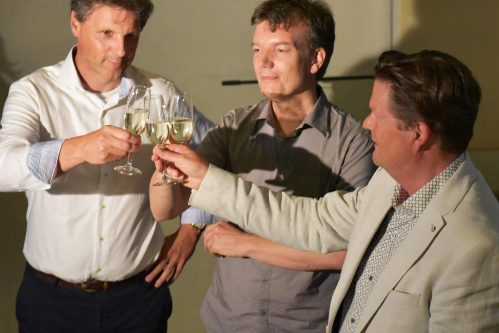 Wethouder Piet Sleeking feliciteert Rene van Zuuk en Wiljan Houweling, foto: Allard de Goeij