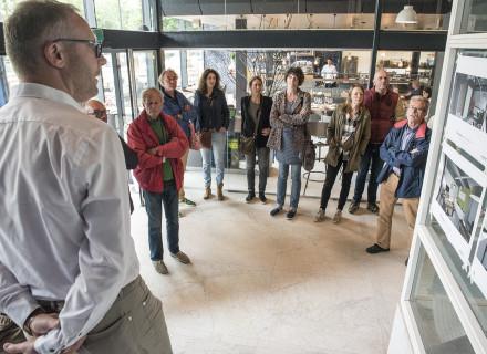 Owen van Trier vertelt over het Tomadohuis (foto: Allard de Goeij)
