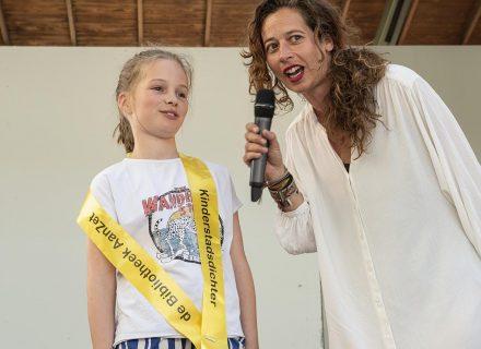 Kinderstadsdichter Janna Koekkoek met Viona Versluis van De Bibliotheek AanZet(foto: Allard de Goeij)